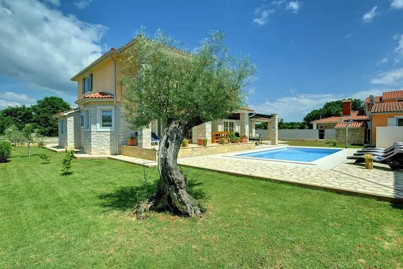 Villa su due piani a golubovo con piscina privata for Villa a 3 piani