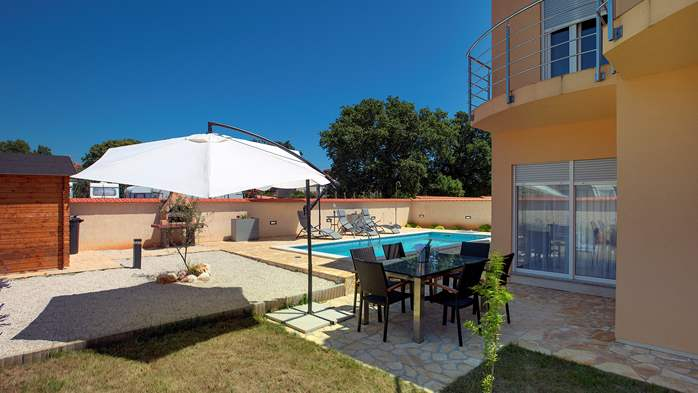 Villa in Ližnjan with 2 pools, fenced garden, SAT-TV and Wi-Fi, 4