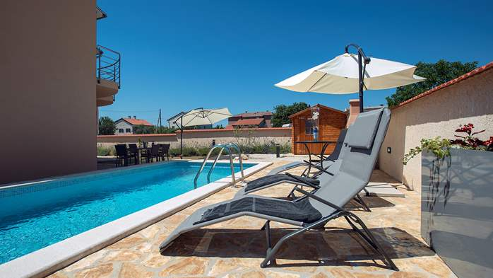Villa in Ližnjan with 2 pools, fenced garden, SAT-TV and Wi-Fi, 7