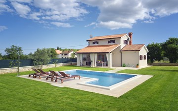 Villa with fenced garden, outdoor pool and BBQ