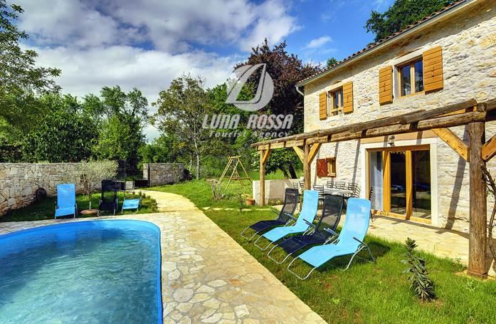 Villa con piscina, terrazza e parco giochi, non lontano da Žminj
