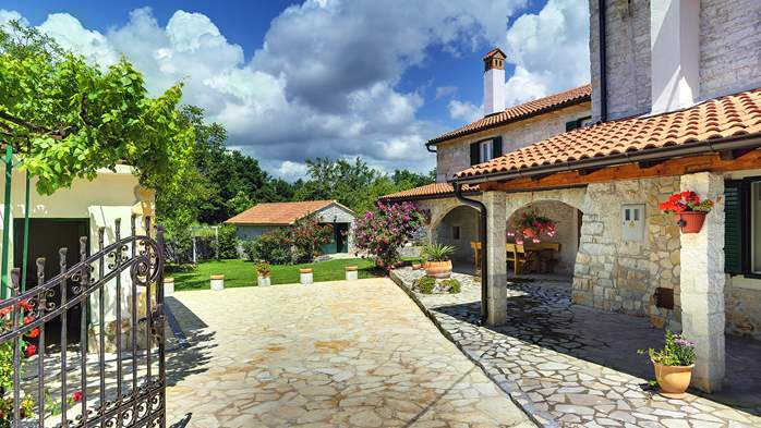 Stone villa with private pool, BBQ, volleyball court, 16 people, 8