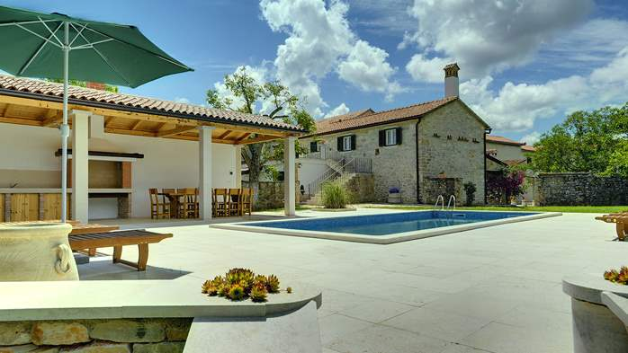 Stone villa with private pool, BBQ, volleyball court, 16 people, 4