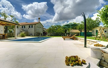 Stone villa with private pool, BBQ, volleyball court, 16 people