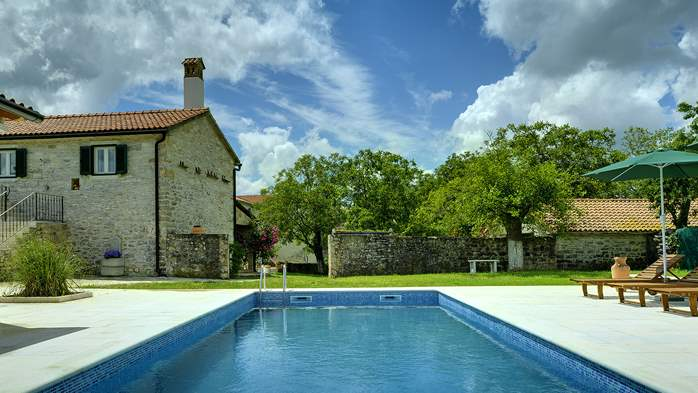 Stone villa with private pool, BBQ, volleyball court, 16 people, 7