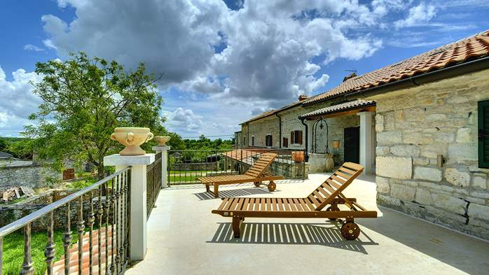 Stone villa with private pool, BBQ, volleyball court, 16 people, 16