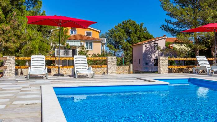 The modernly decorated house in Ližnjan offers kind apartments, 13