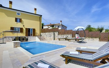 Villa on 2 floors with pool and sun terrace, close to Rovinj