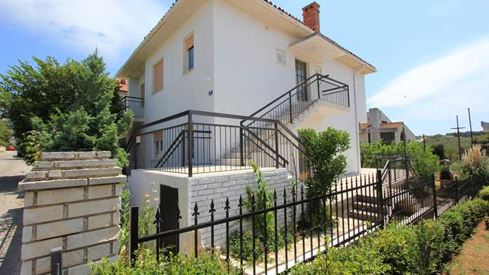 Two-floor house with nice sea view for 12 persons, six bedrooms, 6