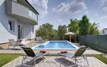 Modern and fully equipped villa on two floors, with private pool
