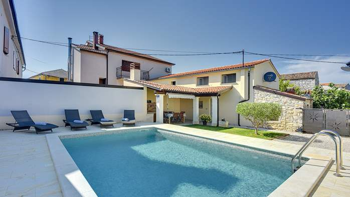 Modern villa on two floors, with pool, close to Pula, 1