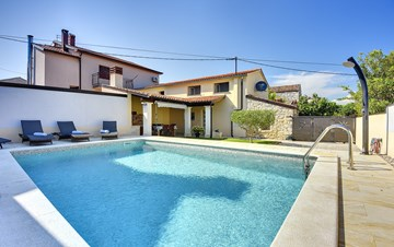 Modern villa on two floors, with pool, close to Pula