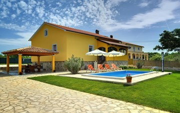 Villa with private pool, terrace, barbecue and fenced garden