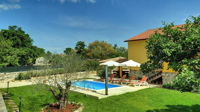 Villa with private pool, terrace, barbecue and fenced garden, 10