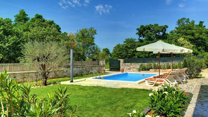 Villa with private pool, terrace, barbecue and fenced garden, 4