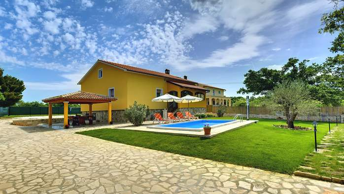 Villa with private pool, terrace, barbecue and fenced garden, 11