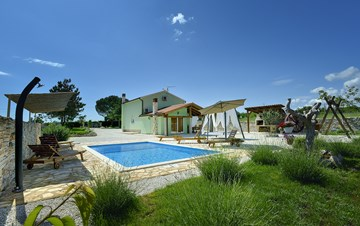 Villa with heated outdoor pool and spacious garden, for 6 persons