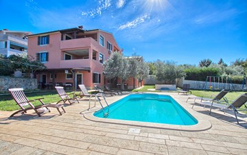 Family house in Banjole offers accommodation in nice apartments