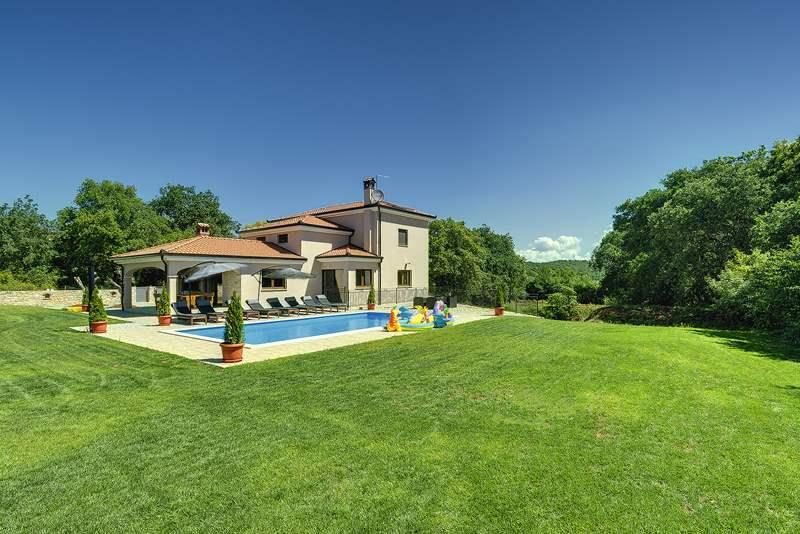 Casa ivano a rovinjsko selo con piscina e 4 camere da letto for Piani casa semplice 4 camere da letto
