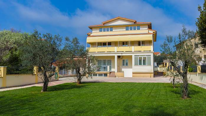 Detached house offers modernly decorated apartments in Medulin, 28