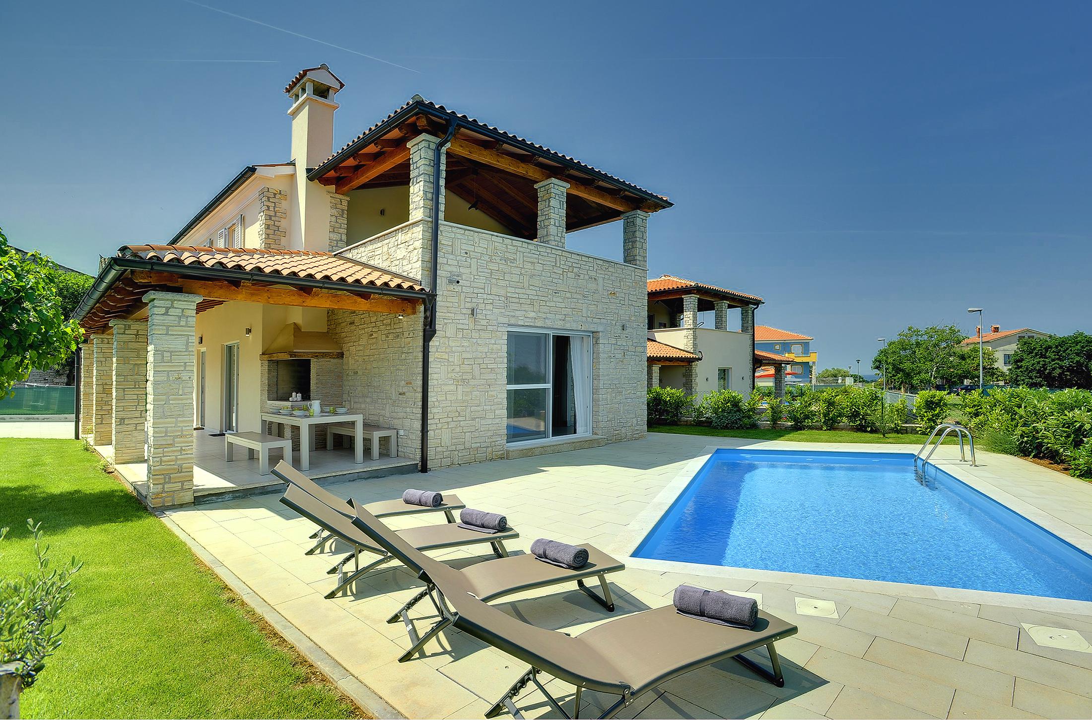 Prenotate questa moderna villa con piscina terrazza e barbecue