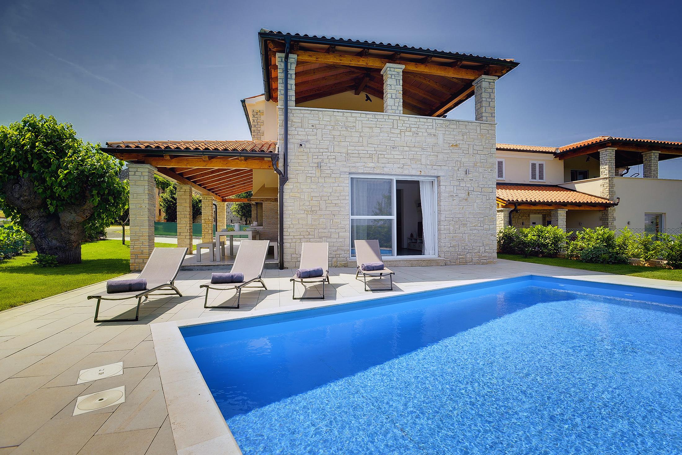 Prenotate questa moderna villa con piscina terrazza e for Ville moderne con piscina