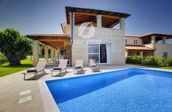 Prenotate questa moderna villa con piscina terrazza e for Piani di piscina gratuiti