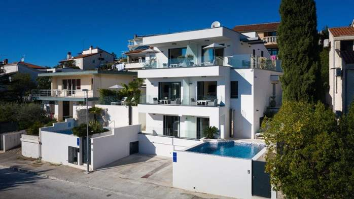 Luxury villa only 30 m from the sea, private pool, BBQ, 5