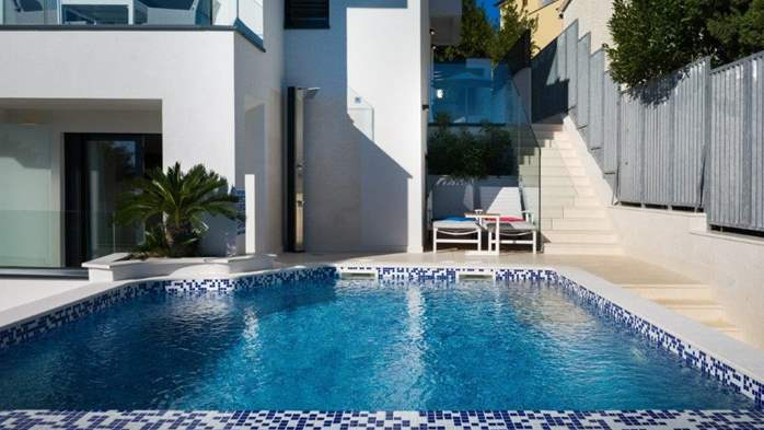 Luxury villa only 30 m from the sea, private pool, BBQ, 6