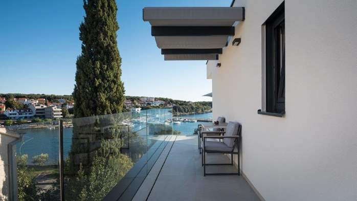 Luxury villa only 30 m from the sea, private pool, BBQ, 17