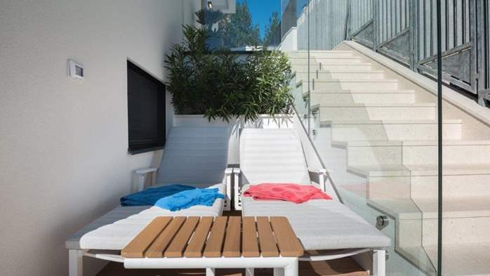 Luxury villa only 30 m from the sea, private pool, BBQ, 7