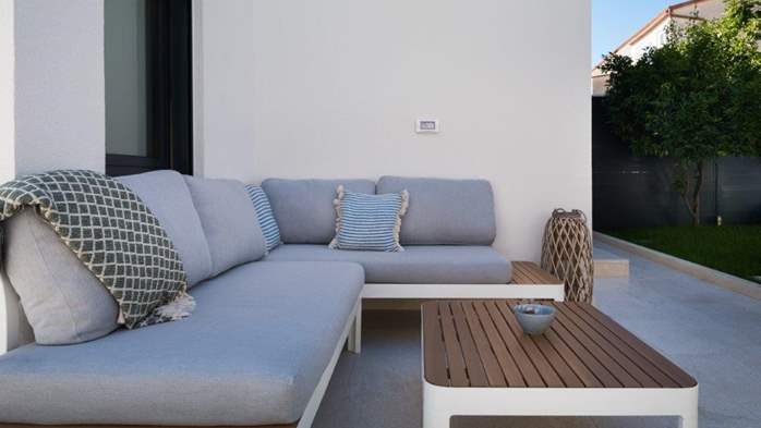 Luxury villa only 30 m from the sea, private pool, BBQ, 16