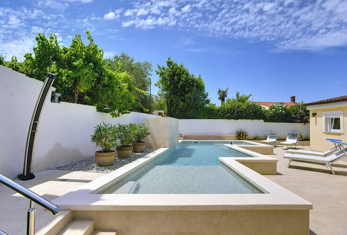 Villas with pool in Banjole