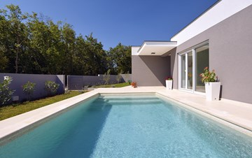 Villa with heated pool with whirpool, gym and swings