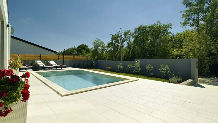 Villa with heated pool with whirpool, gym and swings, 10