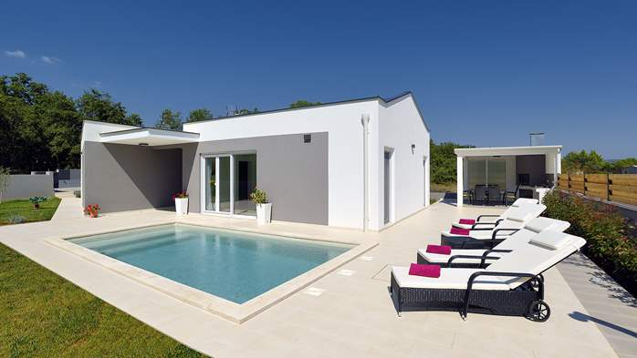 Villa with heated pool with whirpool, gym and swings, 8
