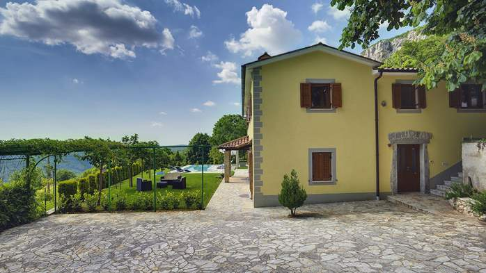 Villa for 10 persons in a quiet setting, pool with whirpool, WiFi, 5