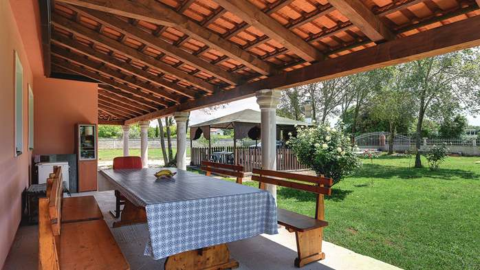 Holiday house on big fenced lawn with covered terrace and BBQ, 5
