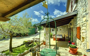 Lovely house in rustic location with covered terrace and barbecue