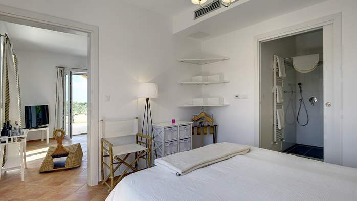 Attractive villa surrounded by olive groves, 1km from the sea, 24