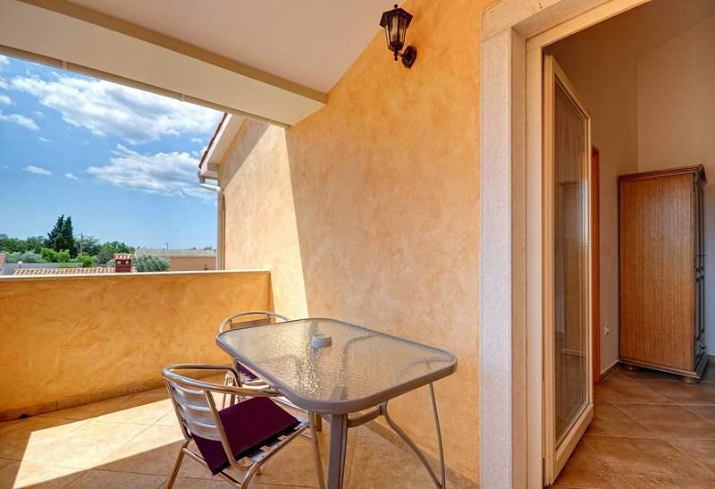 Villa su due piani a golubovo con piscina privata for Piani lussuosi con piscina coperta