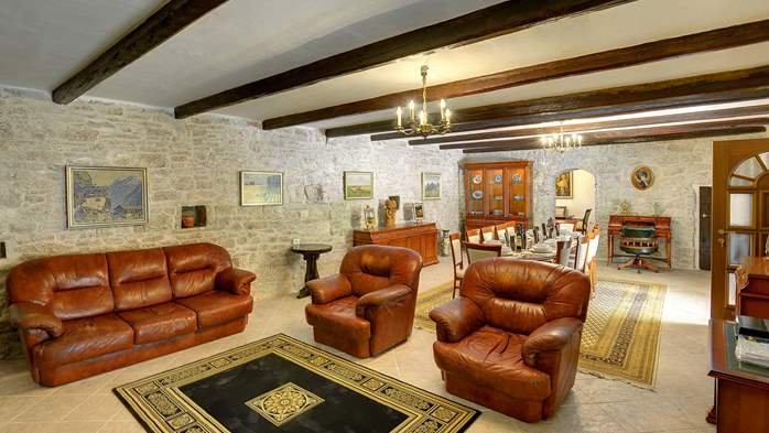 Stone villa with private pool, BBQ, volleyball court, 16 people, 18