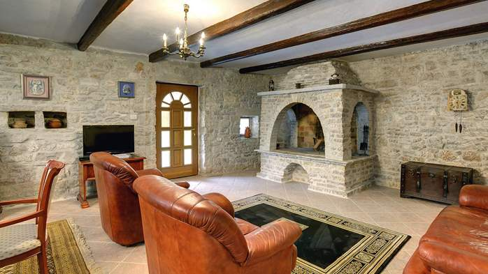 Stone villa with private pool, BBQ, volleyball court, 16 people, 22