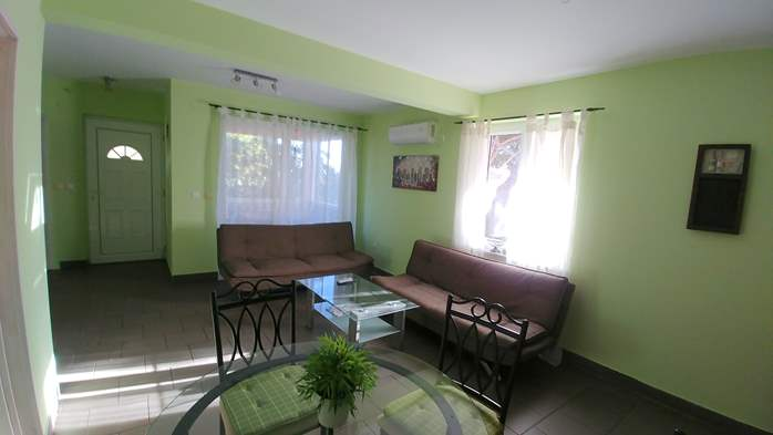 Family apartment with terrace and outdoor pool for 6 persons, 4