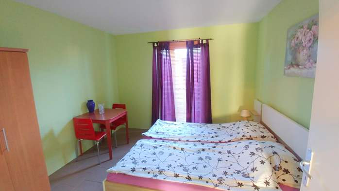 Family apartment with terrace and outdoor pool for 6 persons, 5