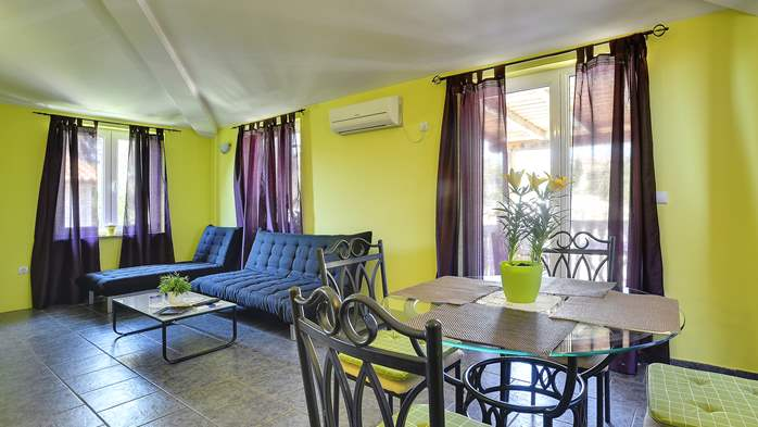 Modernly furnished apartment for 4 persons, WiFi, pool, garden, 1