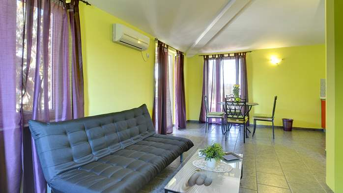 Modernly furnished apartment for 4 persons, WiFi, pool, garden, 2