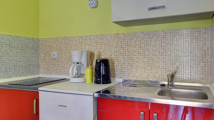 Modernly furnished apartment for 4 persons, WiFi, pool, garden, 5