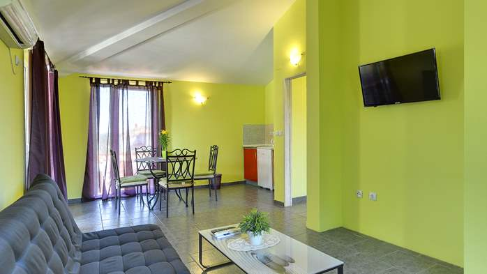 Modernly furnished apartment for 4 persons, WiFi, pool, garden, 3