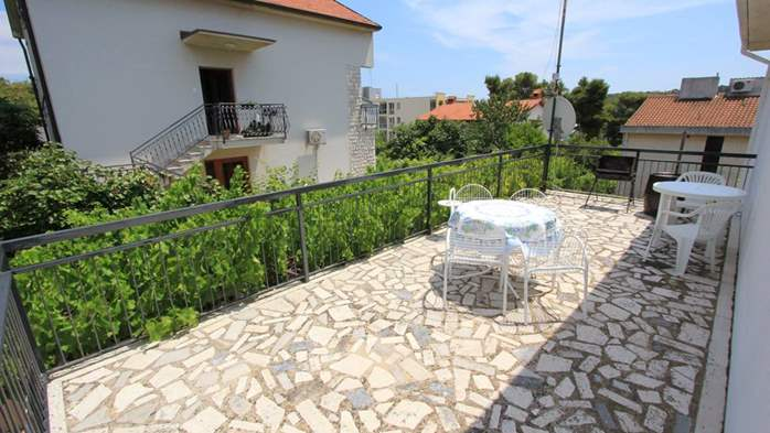 Two-floor house with nice sea view for 12 persons, six bedrooms, 27